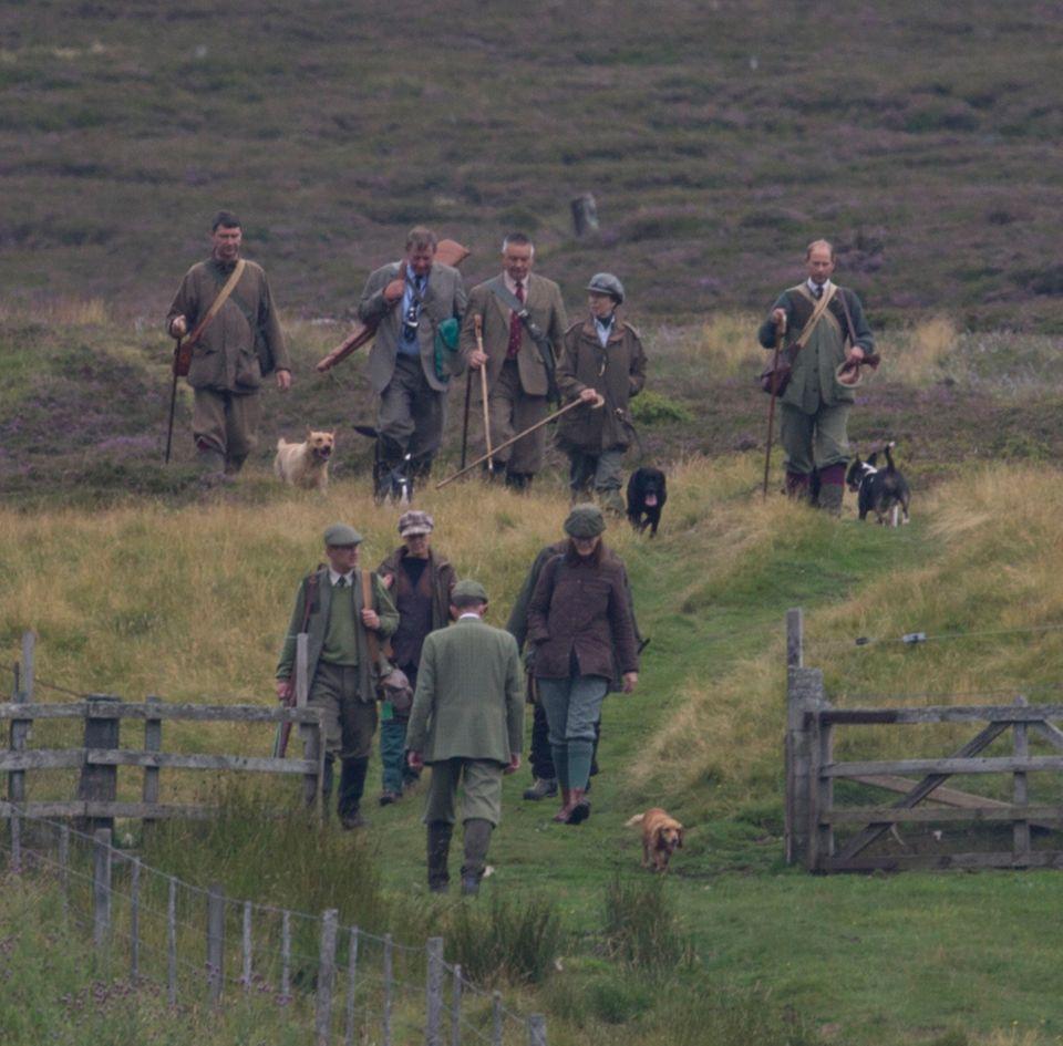 Das tun die Royals gern, wenn sie in Balmoral sind: Draußen sein. Hunde mitnehmen. Spaziergehen. Und - auch in Großbritannien nicht ganz unumstritten - jagen. Hier waren im August schon Prinzessin Anne, ihr Mann, Prinz Edward und weitere Freunde auf Moorhuhnjagd in der Nähe von Balmoral. Am Samstag war Prinz William auf der Jagd.