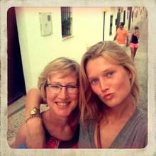 Immer an ihrer Seite: Seit Tonis Entdeckung vor sieben Jahren wird sie von Mutter Anja beraten und begleitet.