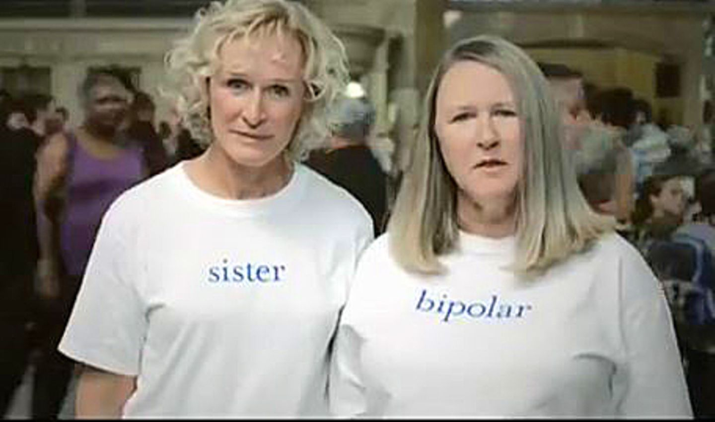 """Glenn Close mit ihrer Schwester Jessie Close, die an einer bipolaren Störung leidet. Beide machen sich in der Stiftung """"Bring Change 2 Mind"""" für Menschen mit psychischen Erkrankungen stark."""