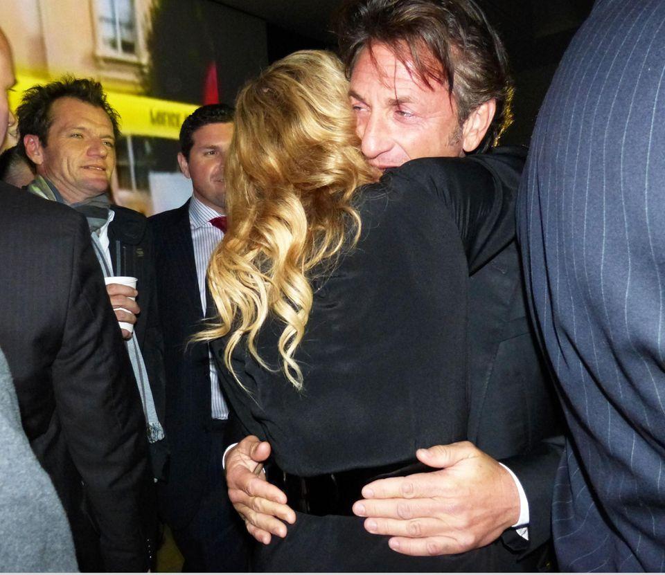 Innige Umarmung: So haben sich Madonna und Sean Penn auf der Party der Sängerin begrüßt.