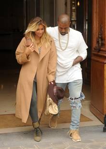 """Kanye West und Kim Kardashian verlassen ganz gut gelaunt das """"Givenchy""""-Büro in Paris. Vielleicht ist das Label auf Wests Erfindung der Lederjogginghosen angesprungen."""