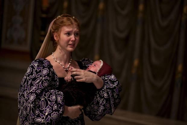 Lucrezia (Isolda Dychauk) musste ihre Schwangerschaft verstecken, um wieder verheiratet werden zu können und ist glücklich als sie ihren Sohn Giovanni in die Arme schließen kann.