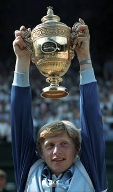 Wenn Boris Becker auf dem Court stand, saß Deutschland vor dem Fernseher: 1985 gewann der damals 17-jährige Leimener als jüngster Spieler das Turnier von Wimbledon. Noch heute versucht er mit allen Mitteln, von diesem Ruhm zu zehren.