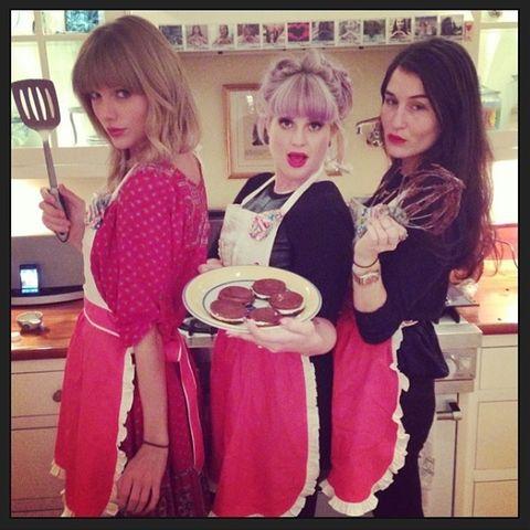 Kelly Osbourne (M.) und Taylor Swift sind stolz auf ihr Ergebnis