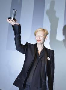 Hier reckt Tilda Swinton ihren neuen Preis - den Dougals-Sirk-Preis für ein noch nicht abgeschlossenes, aber schon beeindruckendes Lebenswerk - in die Höhe. Ein Motiv, das die Fotografen über Minuten begeistern konnte, bis eine PR-Dame die Kameras energisch vom Platz vor der Bühne verscheuchte.