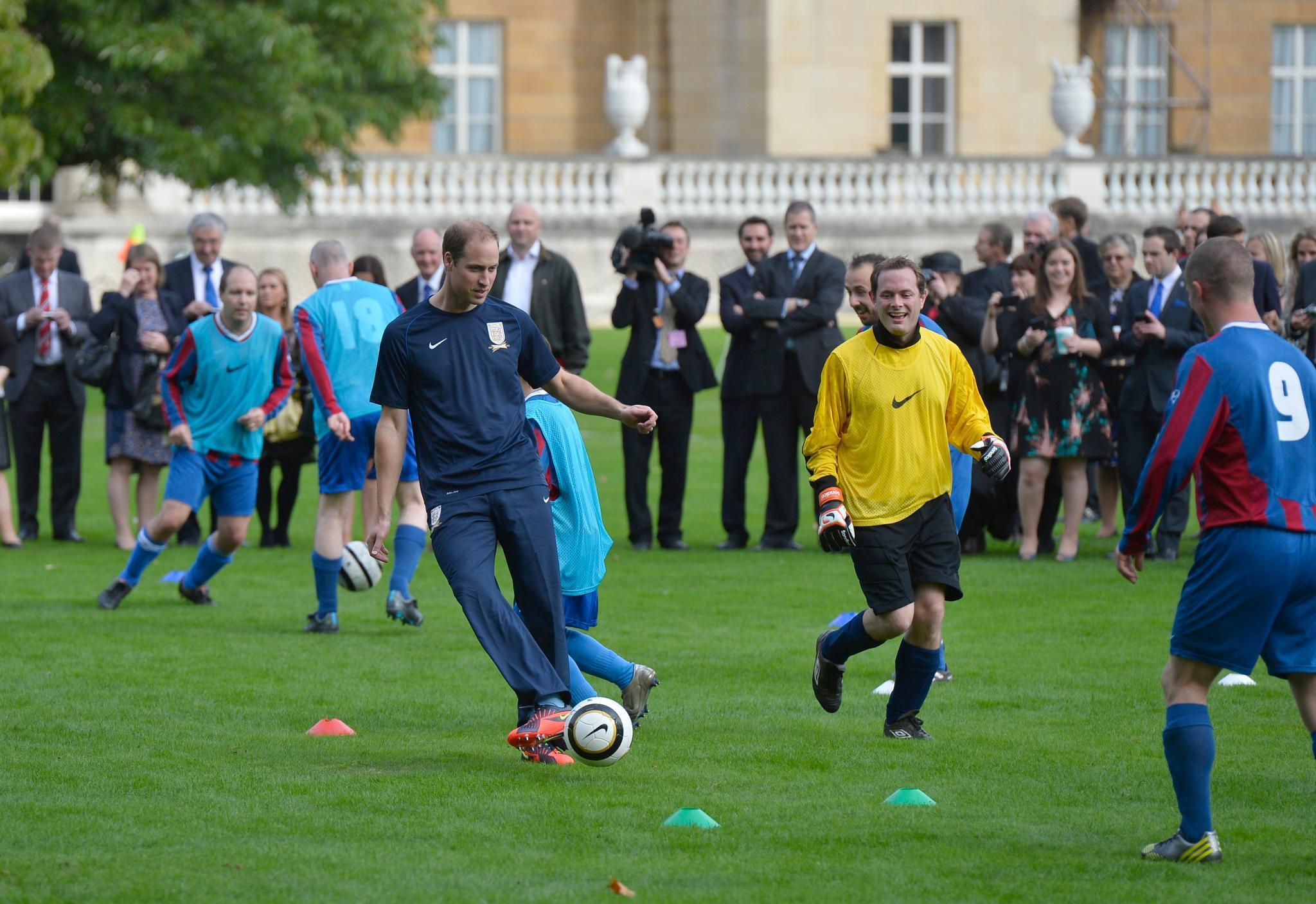 Im Garten des Buckingham Palast zeigt Prinz William seine Ballkünste.