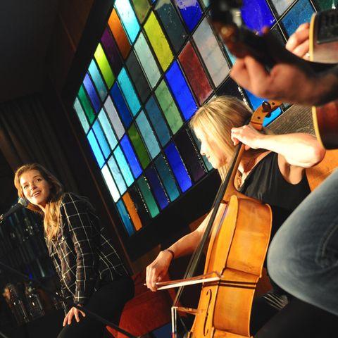 Yvonne Catterfeld (l.) ließ sich nur von Cello und Gitarre begleiten.