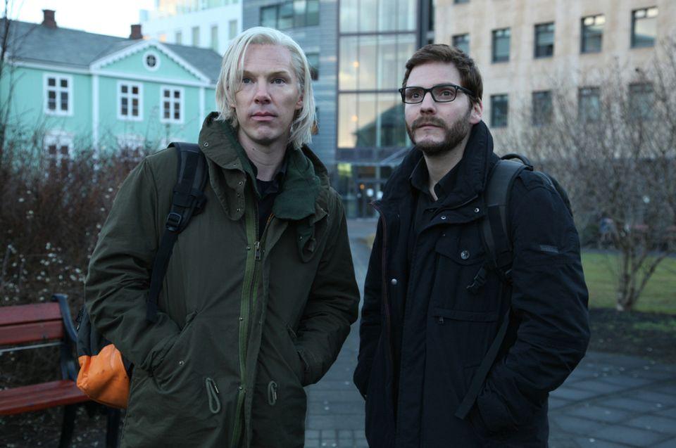 """Cumberbatch spielt Assange (l.), Daniel Brühl seinen Mitarbeiter Daniel Domscheit-Berg (r.). """"Inside WikiLeaks –Die fünfte Gewalt"""" startet am 31.Oktober."""
