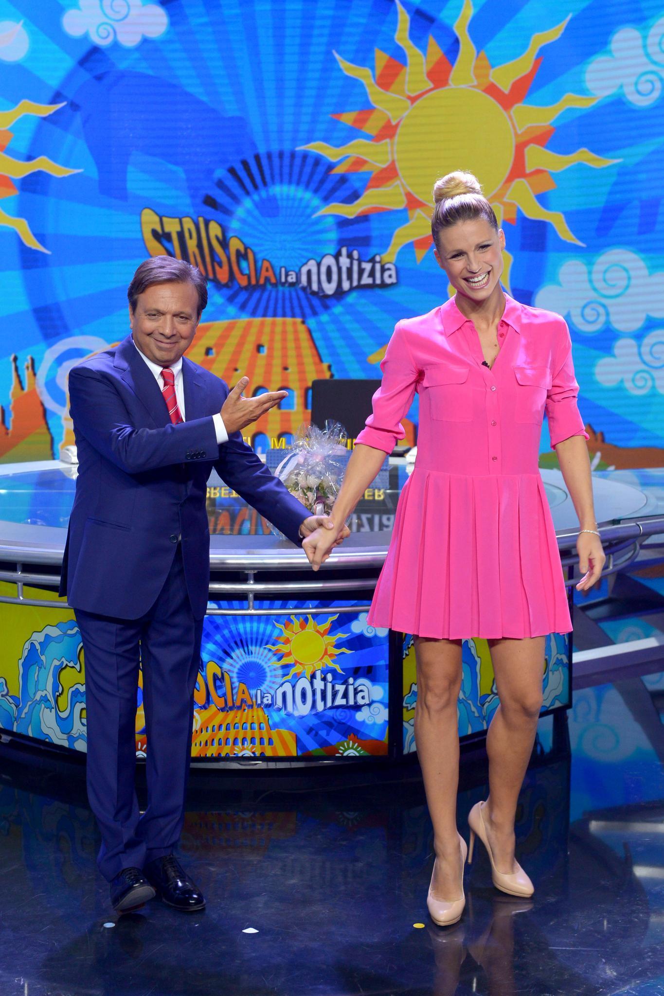 """Mit ihrem Kollegen Piero Chiambretti moderierte Michelle nur vier Tage nach der Entbindung die satirische Nachrichtensendung """"Striscia la notizia""""."""