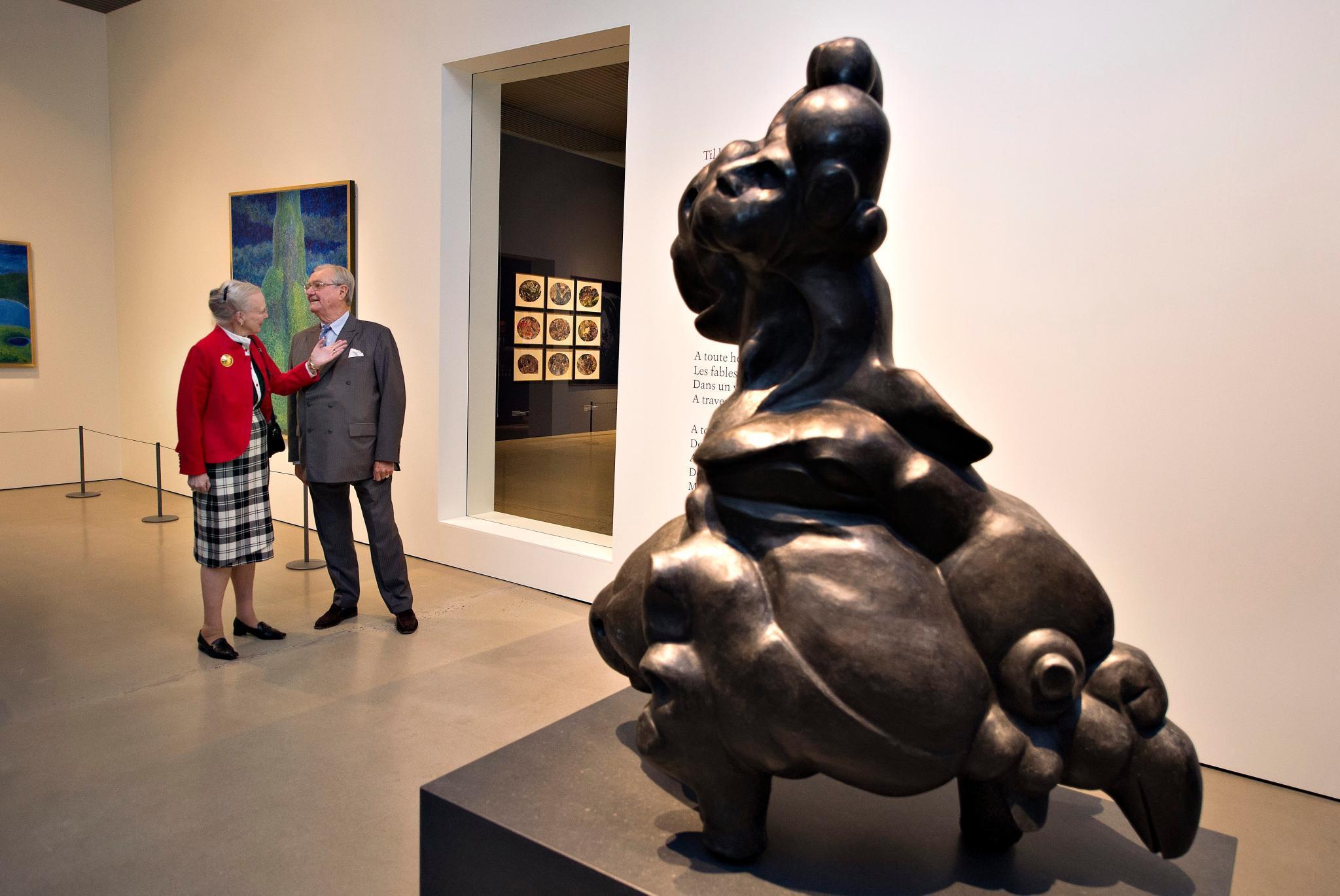 """Die Ausstellung """"Pas De Deux Royale"""" zeigt - neben den voluminösen Skulputuren und Gedichten von Prinz Henrik - Zeichnungen und Gemälde der Königin, genauso wie von ihr entworfene Messgewänder."""