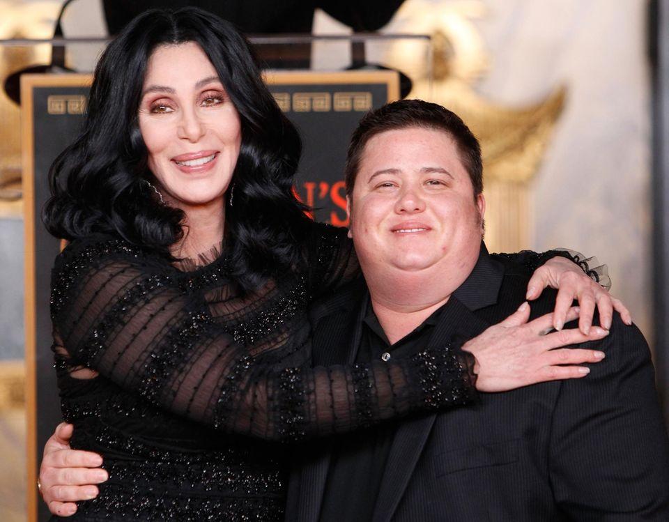 Cher mit Sohn Chaz, der 1969 als Mädchen zur Welt kam (sein Vater ist Sonny Bono). 2008 outete er sich als transsexuell, wenig später unterzog er sich der Geschlechtsanpassung.