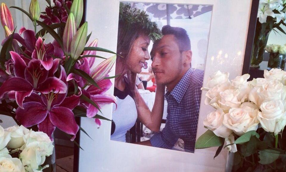 Mandy Capristo twitterte dies Bild vom Altar ihrer Liebe zu Mesut Özil, den sie zu seinem 25. Gebrutstag in der neuen gemeinsamen Wohnung errichtet hat. Ein liebliches Liebkosungsbild, ihre Fans auf Twitter sind hingerissen von der süüüßen Geste.