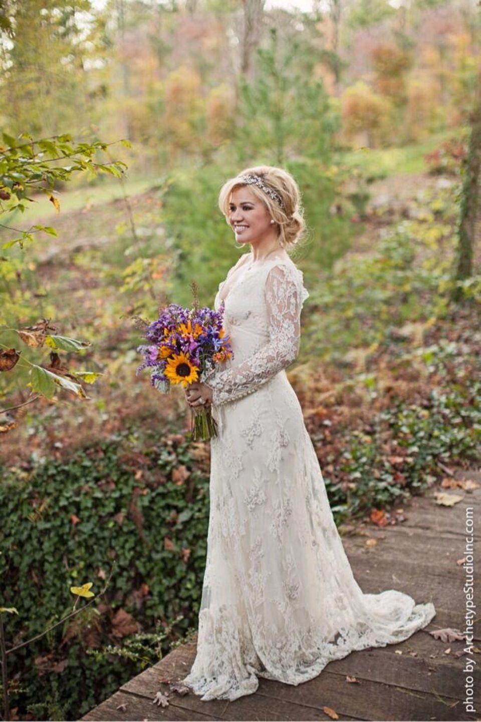 Dieses Bild von Kleid und Kopfschmuck ihres Brautkleides veröffentlichte die firsch vermählte Kelly Clarkson mit Dank an die Modeschöpfer auf ihrem Twitterprofil.
