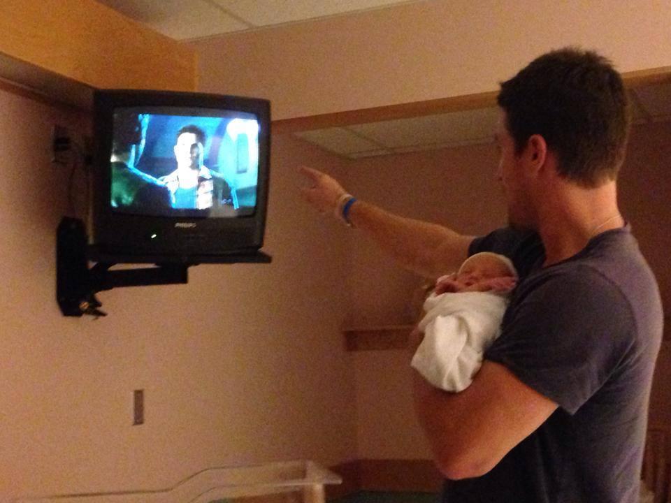 """""""Schau - Da ist der Papa!"""" Die kleine Mavi interessiert das wenig. Sie hält lieber ein Nickerchen."""