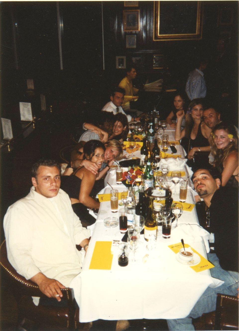"""Im Juni 1997 arbeitete Swantje Schneemann-Alston als Model in Paris. Dort lernte sie den Schauspieler bei einem Dinner kennen (das Foto schoss damals Leonardo DiCaprio). Der Hollywood-Star drehte außerhalb der Stadt den Film """"Der Mann in der eisernen Maske"""" - und war sehr angetan von der damals 22-jährigen Norddeutschen."""