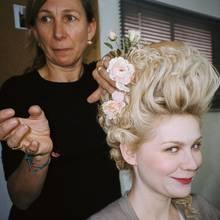 """Für Sofia Coppolas Film """"Marie Antoinette"""" entwickelte Odile Gilbert die Frisuren-Looks. Kirsten Dunsts Haar verlängerte sie dabei mit Echthaarteilen. Am meisten reizte die Stylistin an diesem Projekt der Mix aus  Historischem und Modernem."""