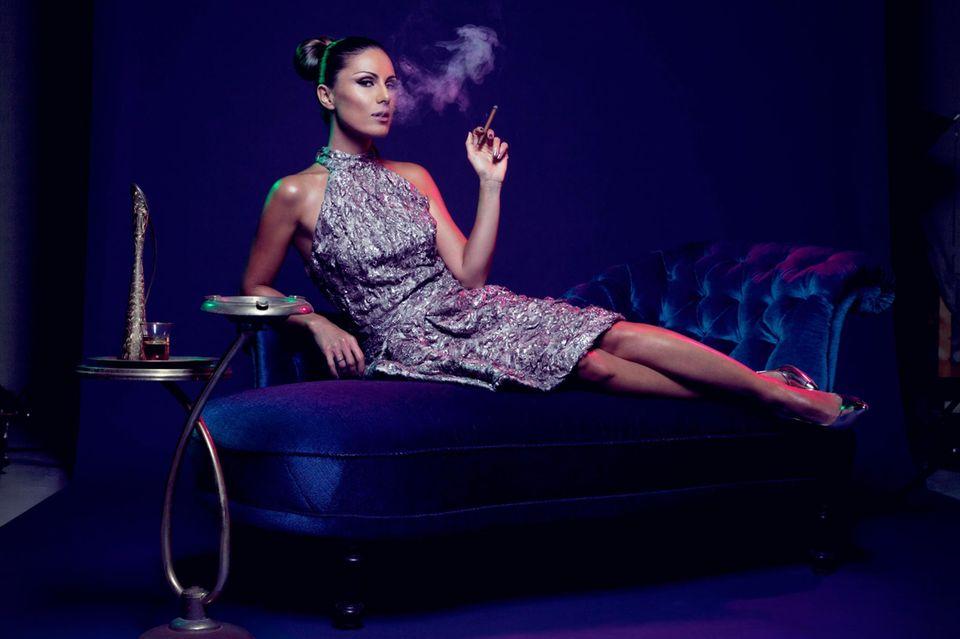 Nazan Eckes divenhaft beim GALA-Shooting in Hamburg. Eine Diva? Für die RTL-Allzweckwaffe ist das eine starke Frau, die mit ihrem Sex-Appeal spielt, dabei aber nicht zu viel von sich preisgibt. Ihre Lieblingsdiven? Sophia Loren und die türkische Schauspielerin Türkan ?oray.