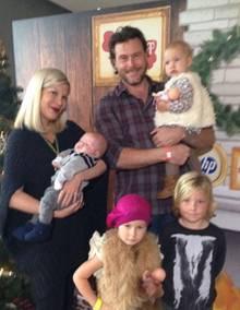 Tori Spelling und Dean McDermott mit ihren Kindern Finn Davey, eins, Hattie Margaret, zwei, Liam Aaron, sechs, und Stella Doree, fünf (im Uhrzeigersinn).