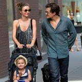 Miranda Kerr und Orlando Bloom machen mit Söhnchen Flynn und Hund einen Familienausflug.