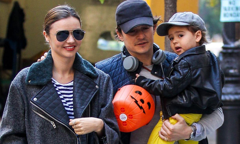 27. Oktober 2013:  Schon der zweite Familienausflug seit Bekanntgabe der Trennung - Orlando Bloom holt Flynn und Miranda Kerr an ihrem New Yorker Apartment ab, gemmainsam geht es zum Lunch und zu einem Ausflug mit Halloween-Sammeleimer. Am Samstag sah man die drei bereits bei einem gemeinsamem Ausflug, Abschiedskuss auf die Wange inklusive.
