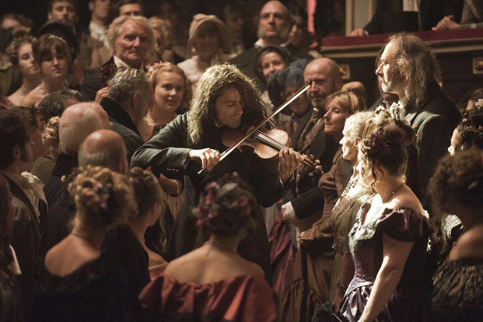 """Paraderolle: Unangepasst, wild, diabolisch - und musikalisch brillant: Im Film """"Der Teufelsgeiger"""" (ab 31. Oktober) spielt David Garrett den Virtuosen Niccolò Paganini (1782 bis 1840). Der erste Geigen-Solist der Musikgeschichte wurde gefeiert und gefürchtet, weil sein Spiel als überirdisch galt."""