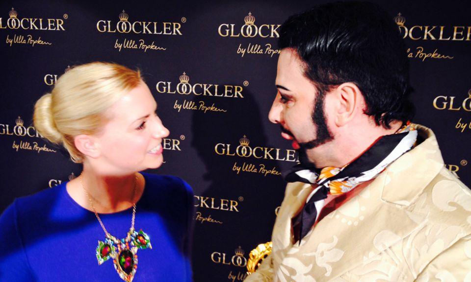 Harald Glööckler stand Gala.de-Volontärin Kathrin Rede und Antwort. Ihre bunte Statementkette sorgte beim Designer für große Begeisterung.