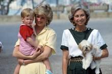 Im Sommer 1987 besuchte Diana (hier mit Prinz Harry) Königin Sofia auf Mallorca. Auch Juan Carlos mochte die britische Prinzessin gern.