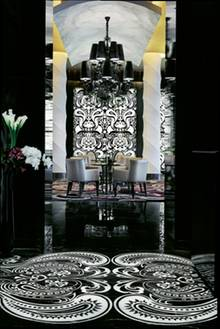 """Großer Kronleuchter, schwarz-weißer Marmor: Das """"Stay"""" setzt auf opulenten Luxus"""