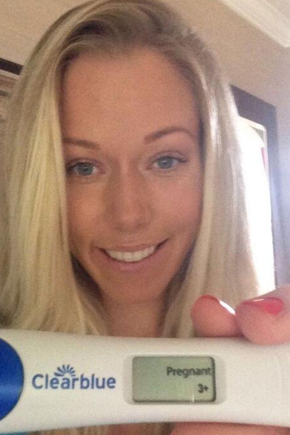 """""""Runde Zwei. Los geht's"""", schreibt Kendra Wilkinson unter das Bild, das ihren positiven Schwangerschaftstest zeigt."""