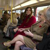 """7. November 2013: Prinz William und Herzogin Catherine fahren am """"Royal British Legion Poppy Day"""" mit einem 1960 Routemaster Bus durch London."""