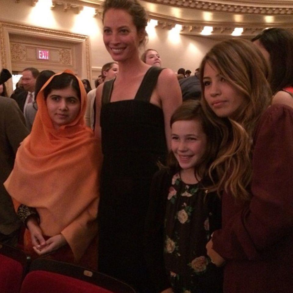 """Christy Turlington zeigte sich bei Instagram begeistert von ihrer Begegnung mit Malala Yousafzai. """"Bester Moment des Abends. Meine Tochter und meine Nichte mit mir und Malala. Diese junge Frau ist ein großes Vorbild. Danke dafür"""", schrieb die 44-Jährige unter das Bild."""