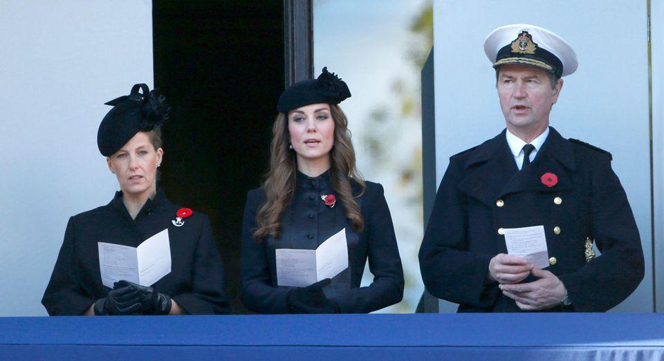 Auch die Gräfin von Wessex, die Herzogin von Cambridge und Prinzessin Annes Mann, Commander Timothy Laurence, nahmen an der Gedenkfeier teil.