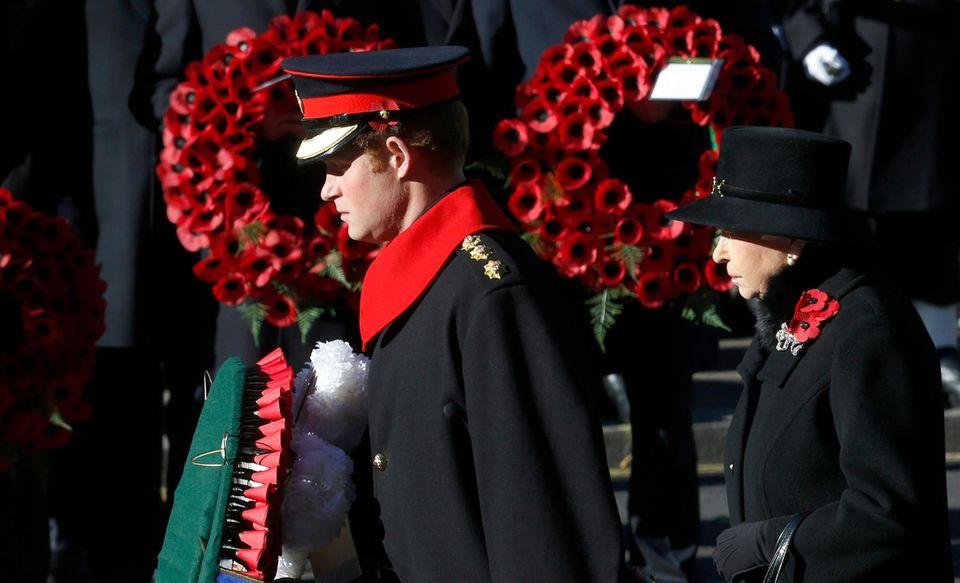 Auch Prinz Harry nahm neben seiner Großmutter, Queen Elizabeth, an der Zeremonie am Kriegsmahnmal in London teil - er hatte auch am 7. November bereits eine Kranzniederlegung übernommen.