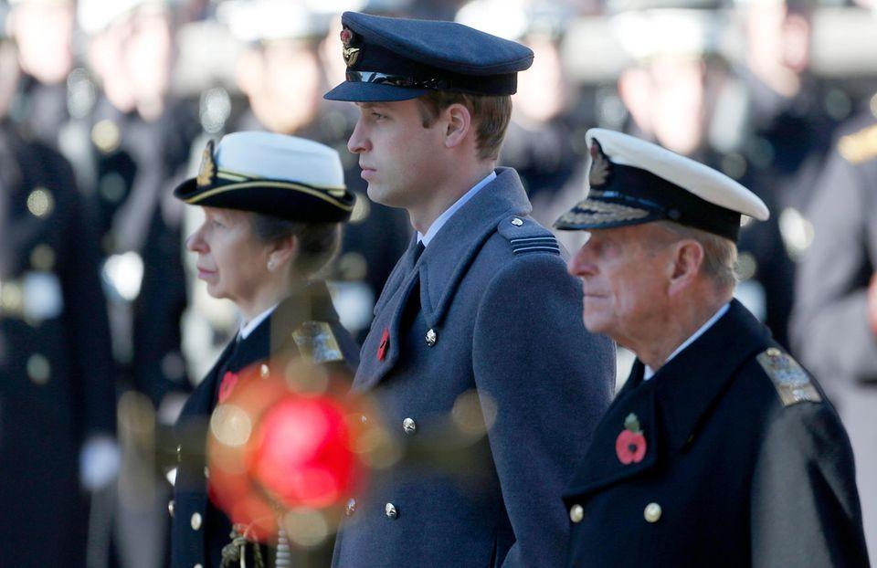 Bei der Gedenkfeier am Gedenktag an das Ende des Ersten Weltkrieges stehen Prinzessin Anne, Prinz William und Prinz Philip, der Herzog von Edinburgh, nachdem die Kränze niedergelegt worden sind, respektvoll am Mahnmal in London.