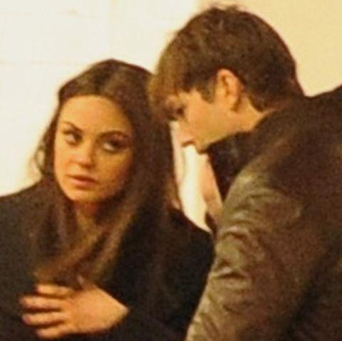 Mila Kunis und Ashton Kutcher verlassen ein Restaurant in London