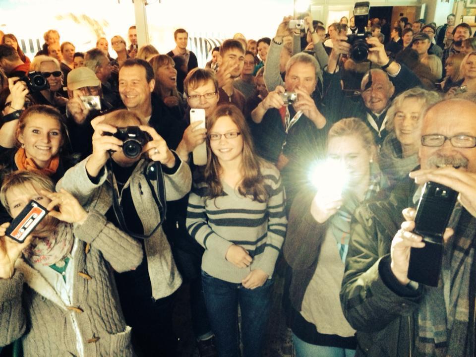 """Dieses Bild von der Premiere seines Langeoog-""""Tatorts"""" auf der Insel zeigte Wotan Wilke Möhring am 10. November 2013 auf Facebook und bedankte sich mit den Worten: """"Tolle Premiere auf Langeoog! 700 Leute , bin berührt . Hammer!"""""""