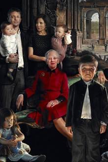 Dieses Gemälde der dänischen Königsfamilie hat der Künstler Thomas Kluge am Freitag im Amalienburgmuseum der Öffentlichkeit präsentiert. Die Reaktionen darauf sind gemixt - von Begeisterung bis Abscheu ist alles dabei.