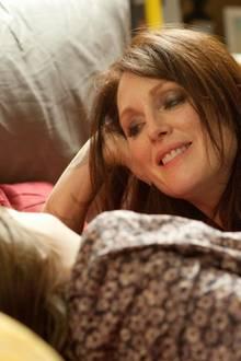 Julianne Moore spielt eine Mutter, die sich krampfhaft an ihre Rockstar-Karriere klammert.