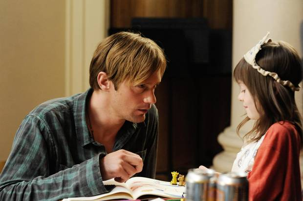 Bei ihrem Ziehvater Lincoln (Alexander Skarsgard) kann Maisie (Onata Aprile) das sein, was sie ist: ein ganz normales kleines Mädchen.