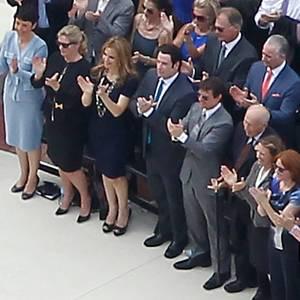 John Travolta und Tom Cruise stehen bei der Eröffnung der neuen Kathedrale von Scientology in Clearwater, Florida in der ersten Reihe (vierter und fünfter von links)