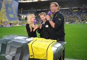"""Andrea Kaiser mit Oliver Pocher und BVB-Trainer Jürgen Klopp im Juni bei der TV-Show """"Das Duell""""."""