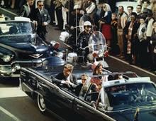 Tatort Dallas: Bei seinem Besuch in Dallas am 22.11.1963 wird John F. Kennedy von vier Kugeln getroffen. Lee Harvey Oswald wird festgenommen - und später selbst ermordet. War er der Täter? 90 Prozent der Amerikaner glauben noch an eine Verschwörung.