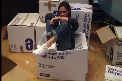 Gute Laune beim Kistenpacken: Victoria Beckham spendet für die Taifun-Opfer ihre Kleidung.