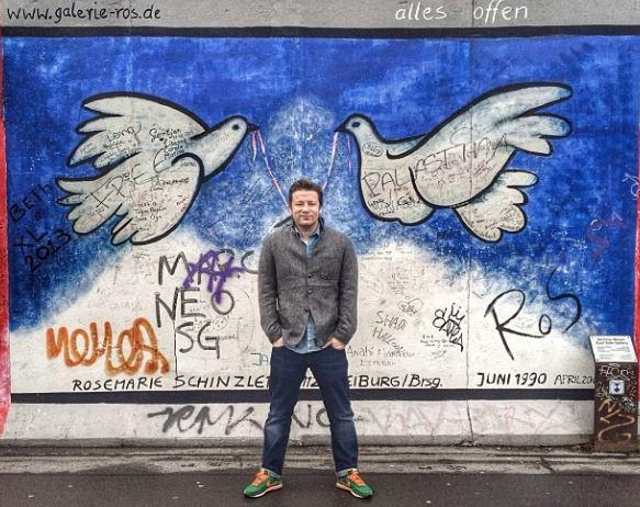 """Jamie Oliver vor der """"Eastside Gallery"""" in Berlin. Dem Briten gefällt es in Deutschland gut."""