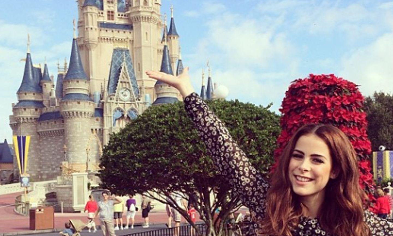 """Sieht so aus, als sei Lena Meyer-Landrut im """"Land"""" ihrer Träume angekommen: Die Sängerin posiert vor dem Disneylad in Orlando,Florida."""