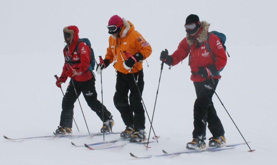 Gemeinsam mit anderen Teilnehmer der Expedition testet Prinz Harry (r.) den Schnee.