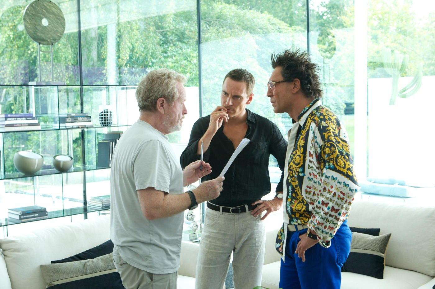"""Regieanweisungen von Ridley Scott (l.) an seine Hauptdarsteller Michael Fassbender und Javier Bardem am Set von """"The Counselor""""."""