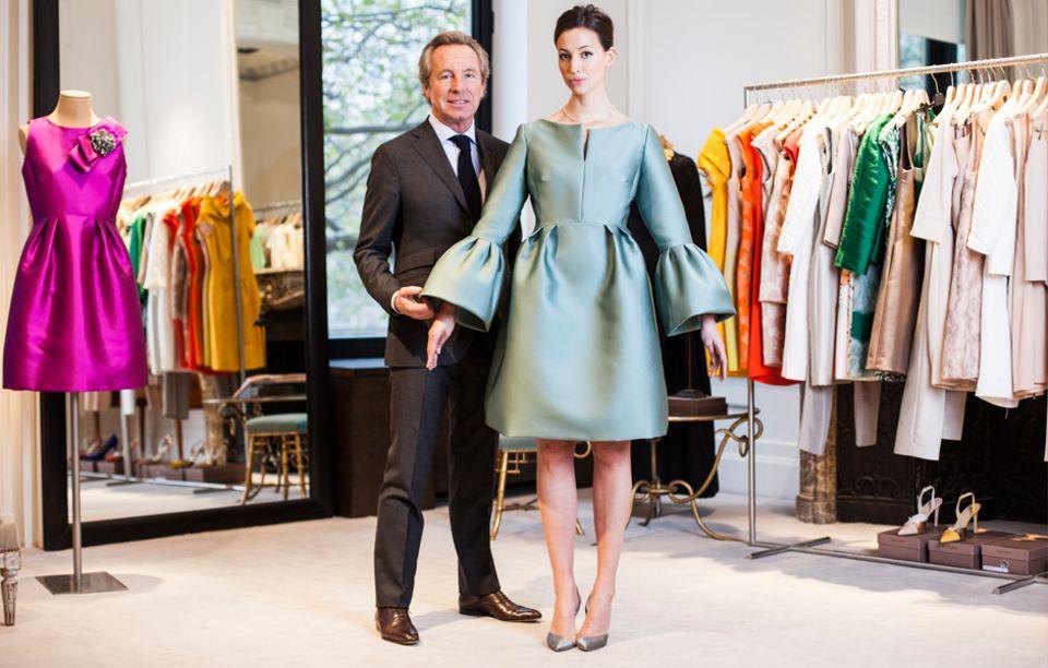 Édouard Vermeulen präsentiert ein Kleid, das sich Máxima jüngst bestellt hat. Die Anproben finden stets in seinem Atelier in Brüssel statt
