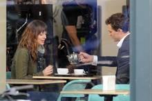 """Dakota Johnson und Jamie Dornan schlüpfen am Set in Kanada in die Rollen von """"Anastasia Steele"""" und """"Christian Grey""""."""