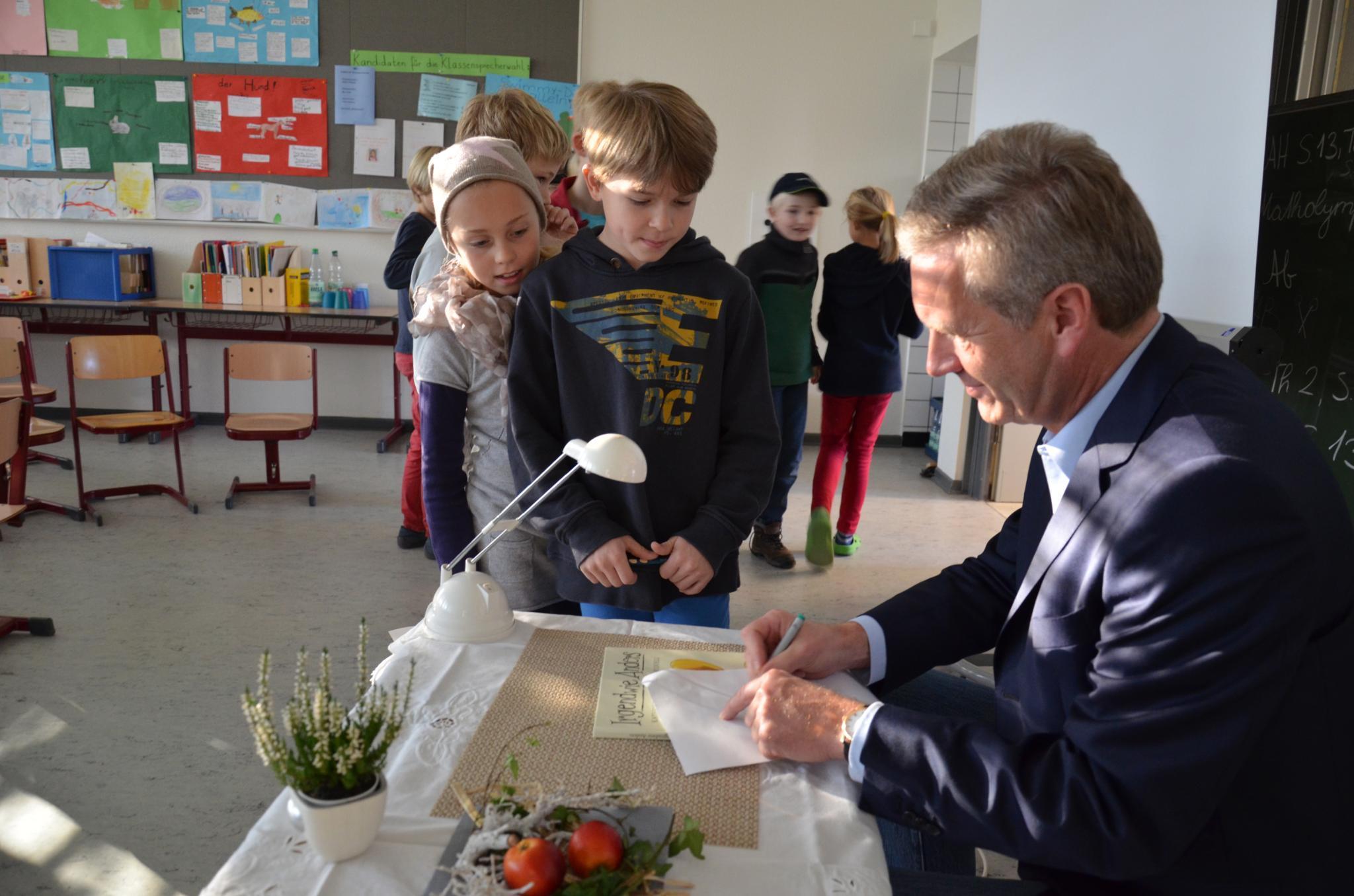 """Vergangene Woche las Christian Wulff Schülern in Kleinburgwedel vor und erklärte ihnen seinen Prozess so: """"Ich muss mich gegen Vorwürfe wehren, die nicht stimmen."""""""